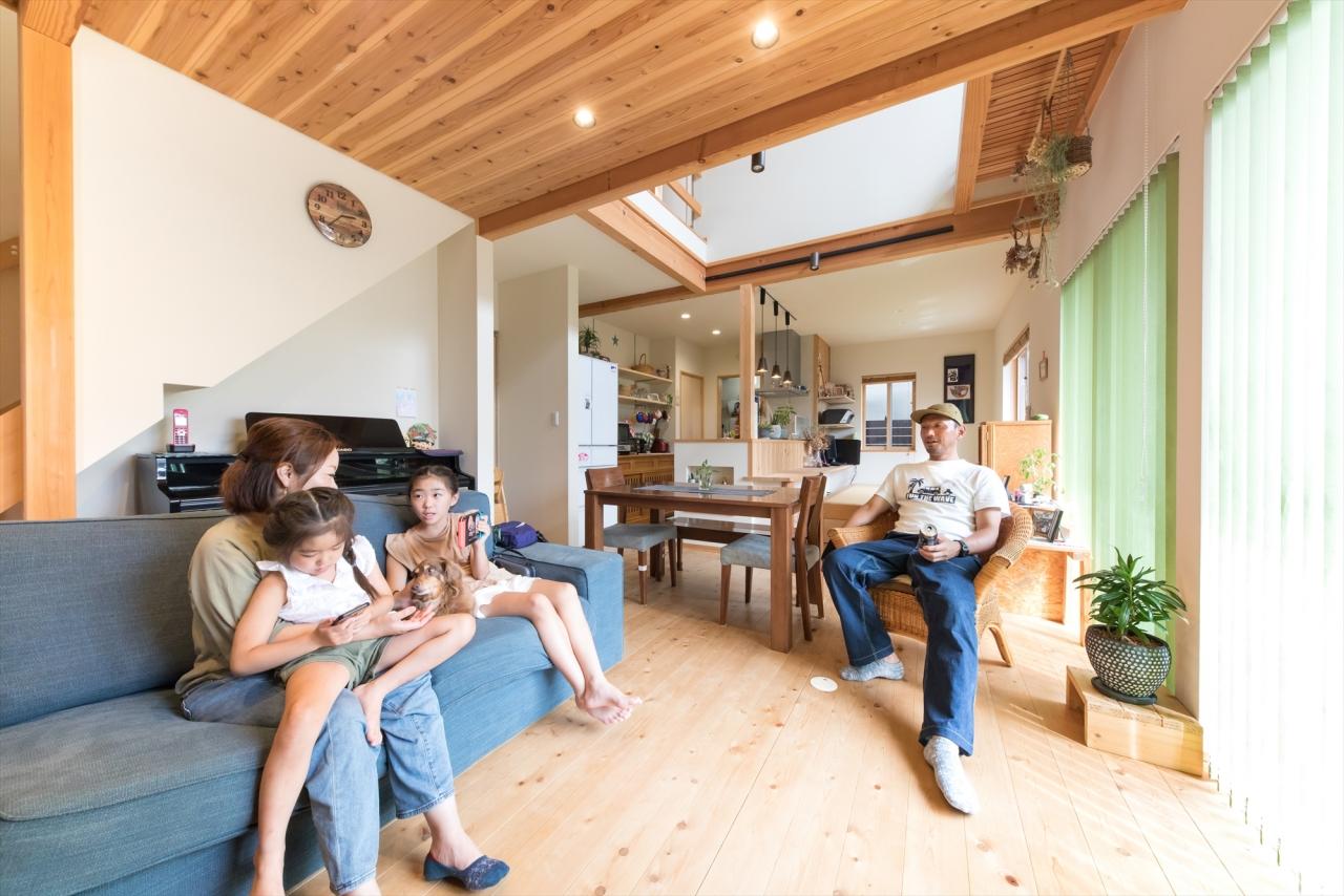 旧家の懐かしさが溶け込む二世帯が暮らす木の家